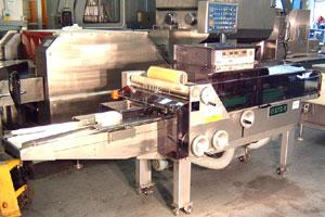 Горизонтальный упаковочный автомат для упаковки лотков с продуктами в стрейч пленку